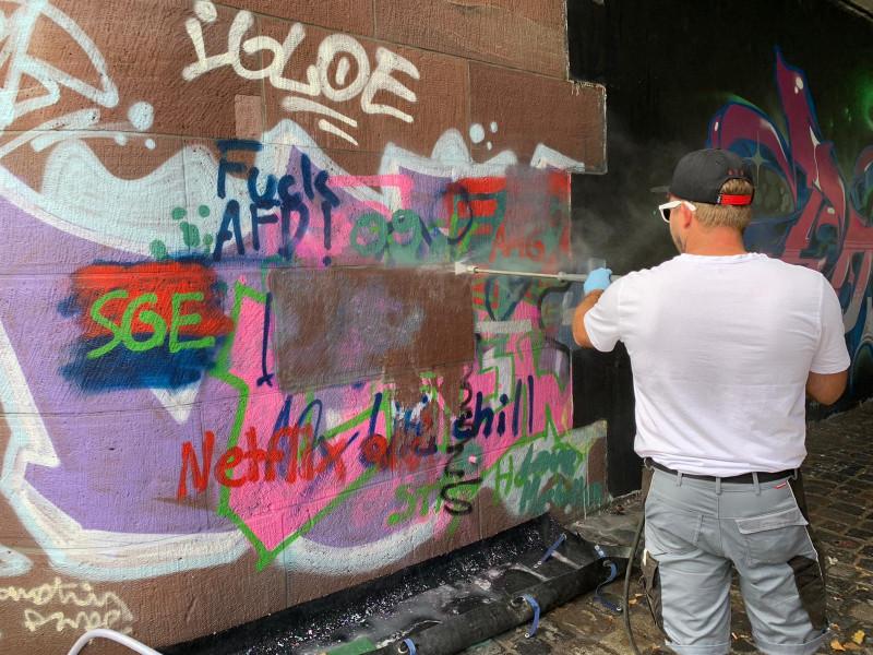 Graffiti-Entfernung an Hauswand